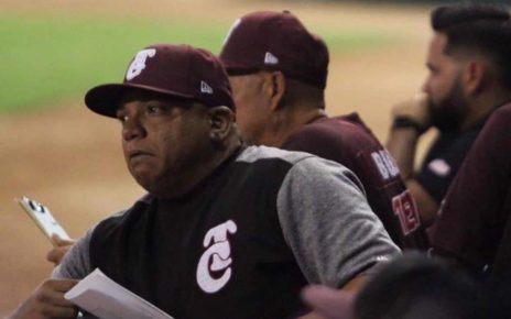 Robinson Cancel managing a game for Tomateros de Culiacán in a 2018-2019 season game.