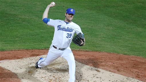 Mike Loree pitching for the Fubon Guardians.