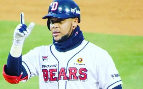 José Miguel Fernández celebrates a hit for the Doosan Bears.
