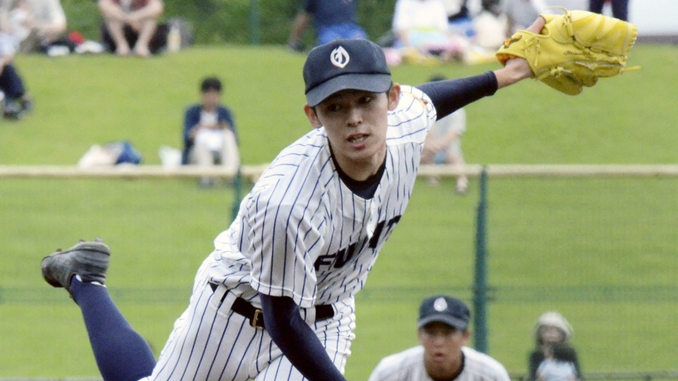 Roki Sasaki pitching for his High School team.