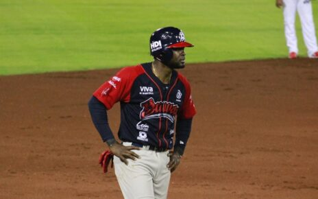 Félix Pié on base for Bravos de León