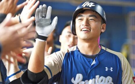 Chu Yu-Hsien celebrates setting the half-season home run record with the Lamigo Monkeys
