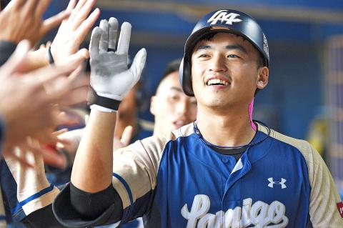 Chu Yu-Hsien celebrates setting the half-season home run record with the Lamigo Monkeys