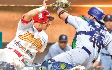 A play at the plate during an LMB game