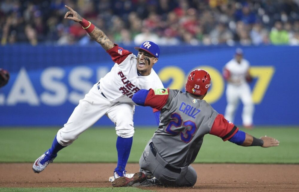 Javier Báez tags out Nelson Cruz during the 2017 WBC