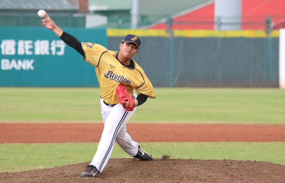 Huang En-Sih on the mound for the Chinatrust Brothers
