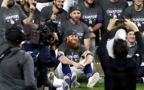 Justin Turner spreading the Coronavirus without a care in the world