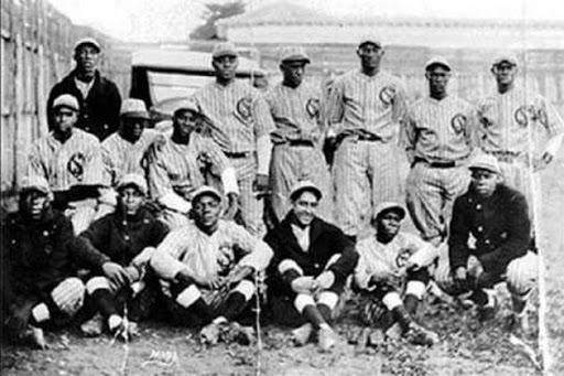 A team photo of the 1923-1924 Leopardos de Santa Clara.