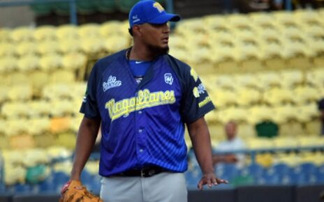 Félix Doubront on the mound for Navegantes del Magallanes