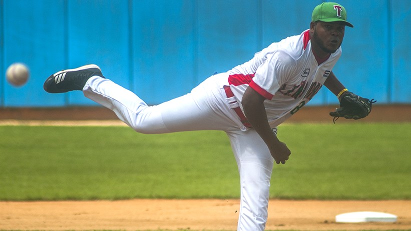 Carlos Juan Viera on the mound for Leñadores de Las Tunas