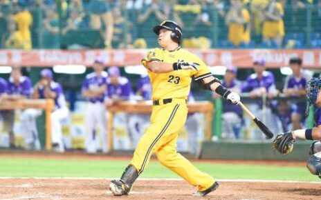 Peng Cheng-min slugging a home run during the 2016 Taiwan Series