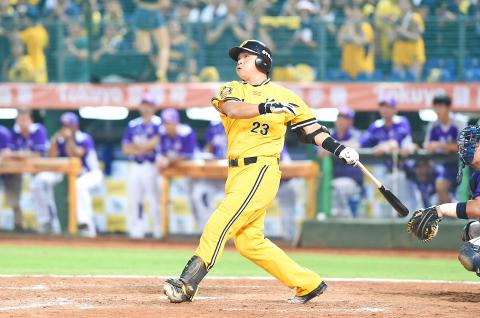 Peng Cheng-min slugging a home run during the 2016 Taiwan Series